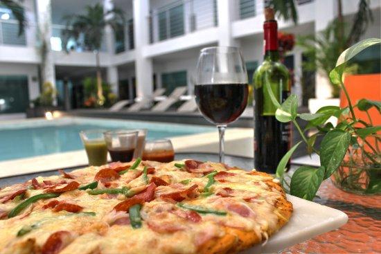 Hotel Villanueva: PIZZA EN LA ALBERCA