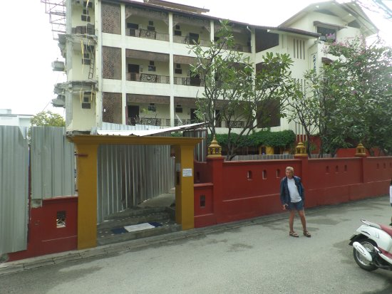 Chiang Mai Thai House: Look at the left hand side of the building, the place was a construction site