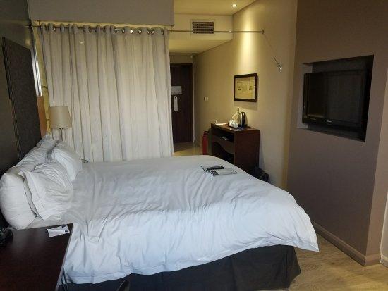 Protea Hotel by Marriott O.R. Tambo Airport : Toward door--and bathroom