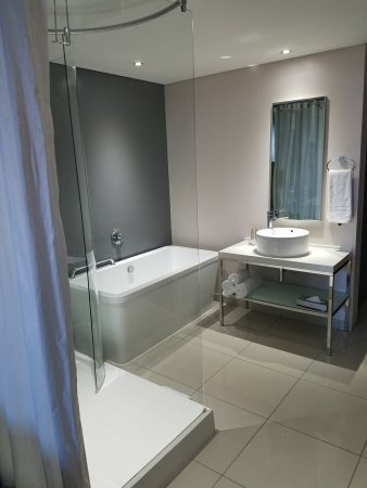 Protea Hotel by Marriott O.R. Tambo Airport : Nice sized bathroom with tub and shower