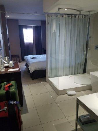 Protea Hotel by Marriott O.R. Tambo Airport : Entrance to room through bathroom