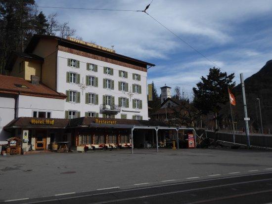 Innertkirchen, Suiza: Parkplatz vor dem Hof