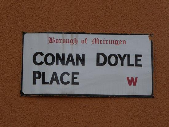 Sherlock Holmes Museum: Tafel zum Conan Doyle Platz