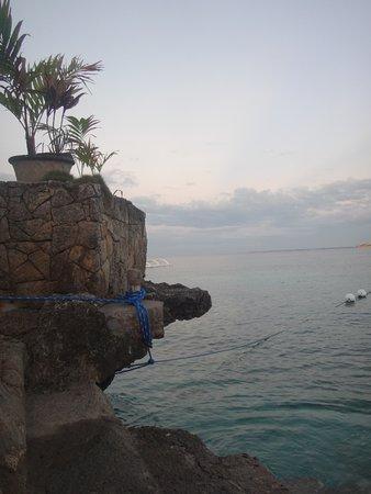 Kon Tiki Marina Suites : лесенка в море начинается практически из номера