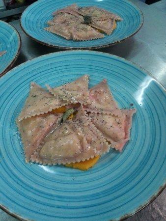 Cormano, Italië: triangoli di pasta alla rapa rossa con vellutata di zucca