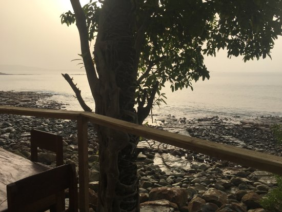 Roume, Guinea: Terrasse privé d'un bungalow avec vue sur la baie et l'océan