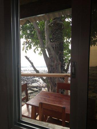 Roume, Guinea: Vue de la fenêtre d'un Bungalow