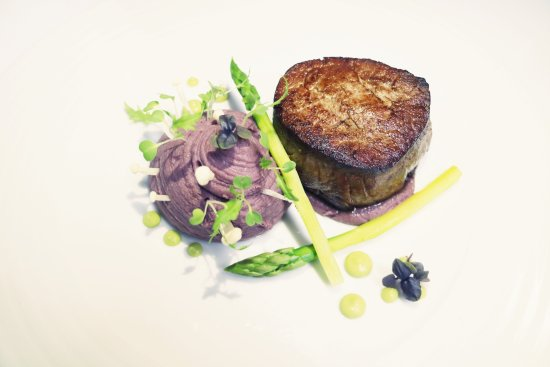 Quintinha São João: Filet Mignon, mashed potatoes scented with red wine, grilled white asparagus and pea shoots