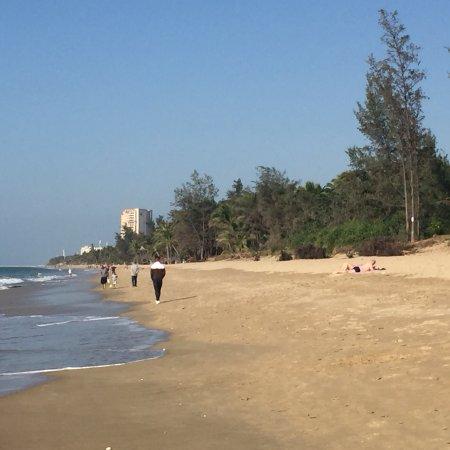 Пляж отеля Tianfuyuan Resort...красивый. Господа соотечественники, забирайте с собой мусор... не