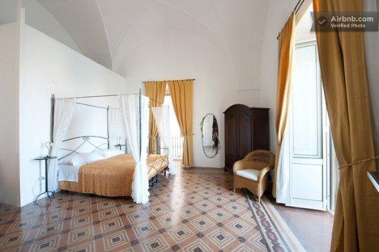 Palazzo Barba : stanza Tramontana con balcone sul mare