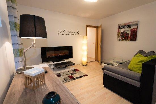 Reifnitz, النمسا: Der gemütliche Wohnbereich im Apparment mit einem großem Sofa als Schlafcouch