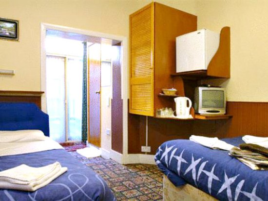 Cedar Guest House : 5 person room with TV, fridge, private bathroom, free Wifi