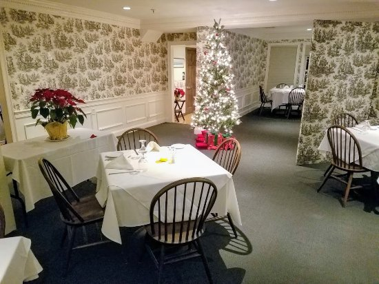 Yarmouth Port, MA: Dining rooms are beautiful appointed. Service is very professional while being very warm.