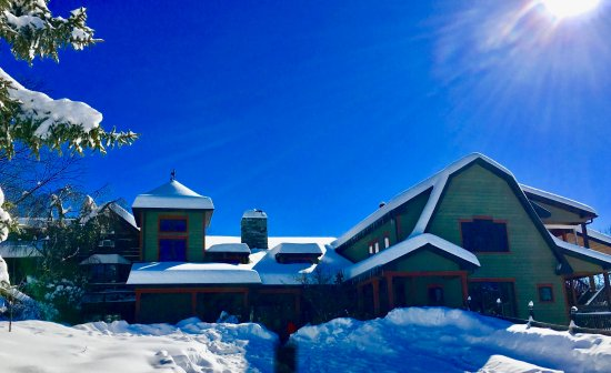 Lost River, Virginia Occidentale: Main Lodge in Winter Snowfall