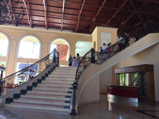 Majestic Colonial Punta Cana: Stairs to upper lobby