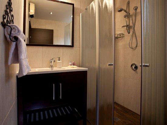 חד נס: bathroom