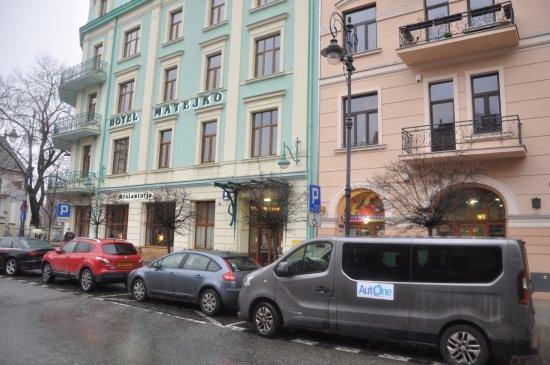 Hotel Matejko: ingresso principale dell'albergo e zona per il parcheggio a pagamento delle auto