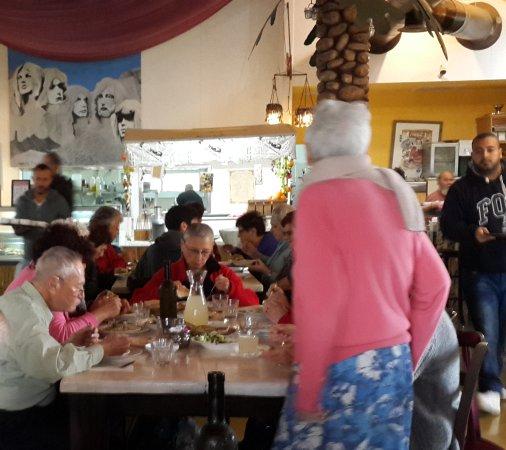 "Almog, Palestijnse grondgebieden: דיירי כפר הגימלאים ""פרוטיאה בהר בארוחת הצהרים המשובחת בצ'אנס!"