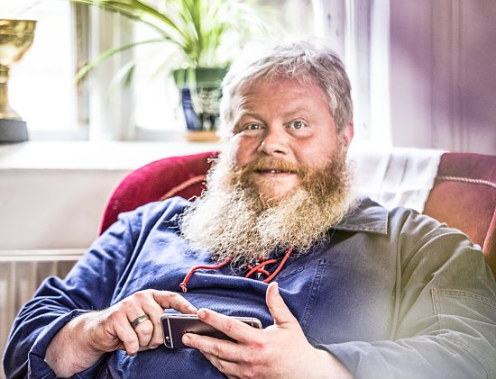 Ranum, Danemark : kjøgemesteren (forpagteren) tager en slapper i cafeen og svarer på tripadvisor sprøgsmål