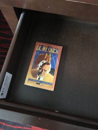 Clifton Park, État de New York : Conrad Hilton's biography right in the drawer by the bed.
