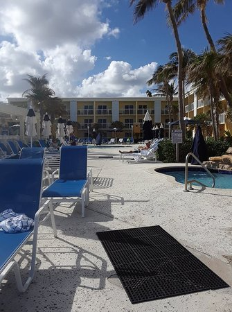 Highland Beach, FL: Picture looking at the pool and hotel from the Ocean