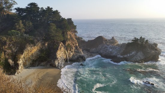 Julia Pfeiffer Burns State Park: Vista sobre la playa y cascada