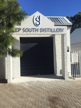 ‪‪Kommetjie‬, جنوب أفريقيا: Small entrance to a surprising distillery with a big heart.‬