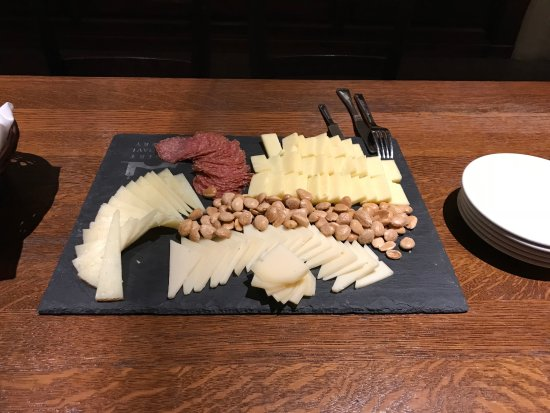Robert Mondavi Winery: Cheese platter with our wine tasting