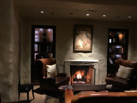 Robert Mondavi Winery: Beautiful room with a warm fire
