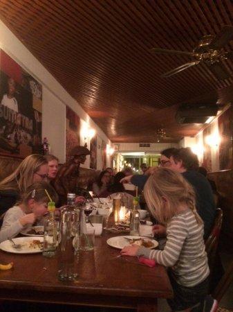 Surakarta: doorkijk vanaf achter in het restaurant