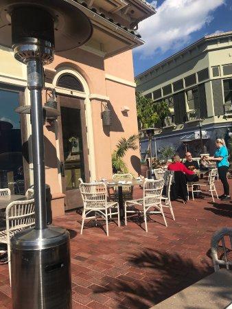 Tommy Bahama's Restaurant & Bar : Outside dining