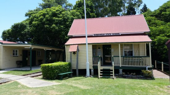 Hervey Bay Historical Village & Museum: Dundrowan School is set up for the children to learn in the year 1894.