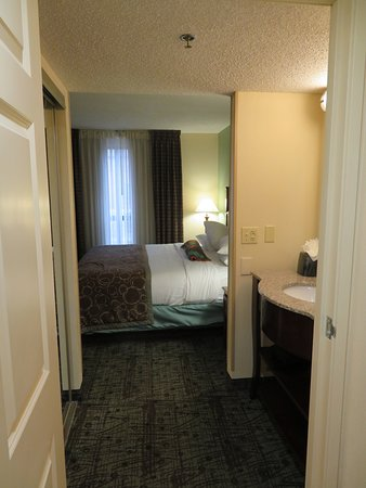 Staybridge Suites Memphis - Poplar Ave East: Looking from the bathroom into the bedroom.