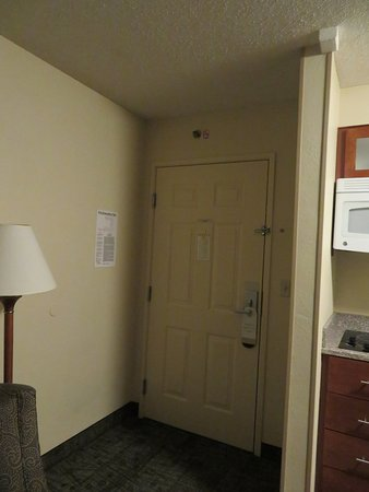 Staybridge Suites Memphis - Poplar Ave East: Entry area.