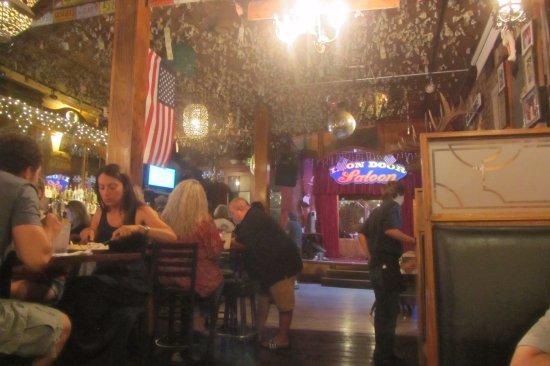 Iron Door Saloon and Grill: Dinheiro colado no teto