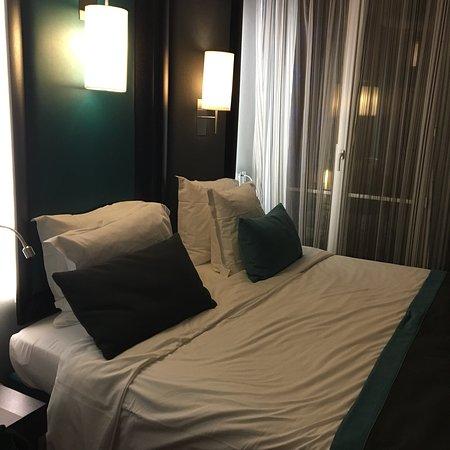 Hotel Bassano: Chambre et salle de bain.