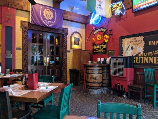 Meg O'Malley's Restaurant & Irish Pub: Patio Area