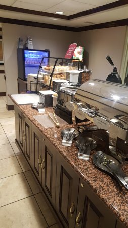 Best Western Dulles Airport Inn: 조식무료라서 먹은 곳, 깔끔하고 나름 다양함. 빵종류 많고 과일 신선