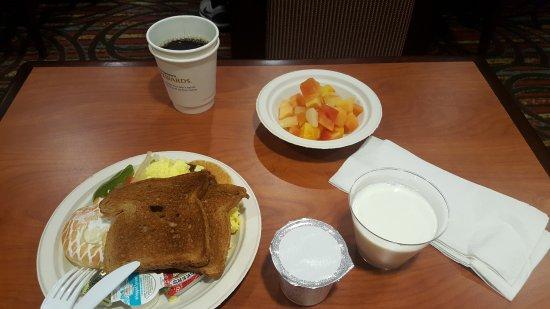 Best Western Dulles Airport Inn: 과일화채? 통조림 오픈한게 있는데 맛있음