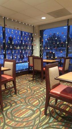 Best Western Dulles Airport Inn: 조식공간. 넓고 깔끔함 티비가 두군데 크게 있음