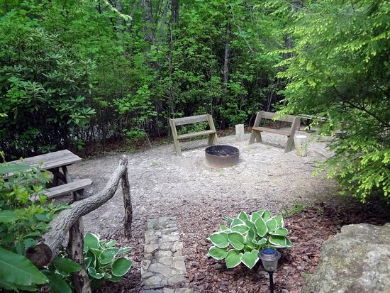 Lake Toxaway, NC: Raccoon Loft Cabin Picnic area and firepit