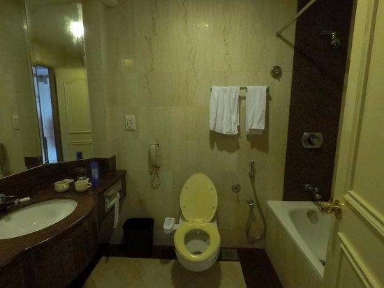 Riverside Majestic Hotel: Spacious bathroom