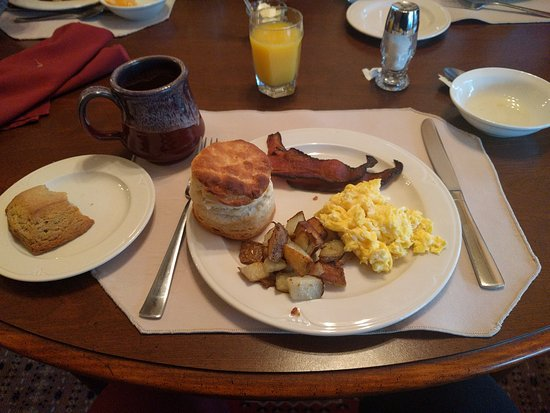 Vine Cottage Inn : Coffee & juice, blueberry scone, fruit, thick cut bacon, potatoes, and tallest biscuit I ever sa