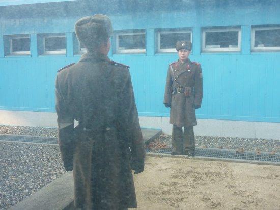 Panmunjeom : 立ち並ぶ北の兵士
