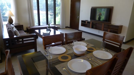 Hassaram Courtyard: Dining area inclusive of dinnerware and glassware for 6 people.