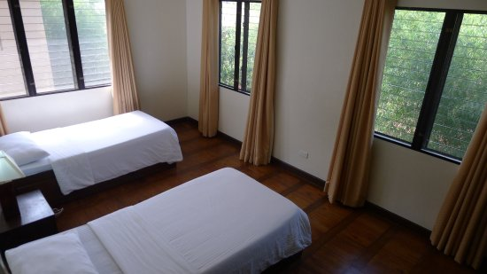 Hassaram Courtyard: 2nd bedroom with 2 single beds and wooden floors.