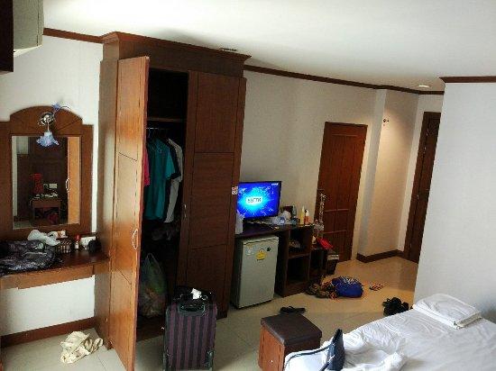 Arita Hotel: справа от телевизора та самая смежная дверь
