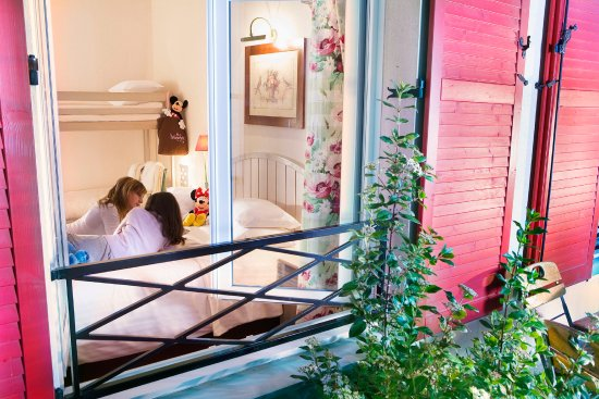 Chambre familiale pour 4 personnes foto de hotel kyriad for Chambre 6 personnes paris