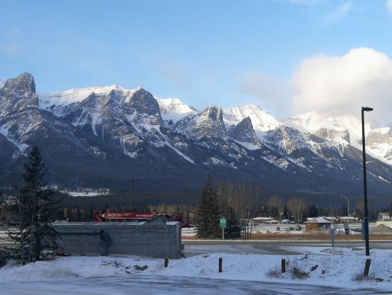 Holiday Inn Canmore: View outside hotel