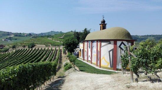 Coazzolo, Italien: Vista della Chiesetta dai filari